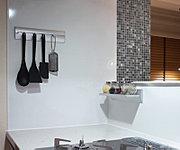 キッチンの壁面には、不燃パネルを採用しています。目地のない素材を使用していますので、キッチンの油汚れも手軽にお手人れができます。