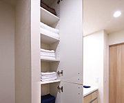 タオル類などの収納に便利なスペースを設置。使う場所にしまっておくという合理的な収納プランです。