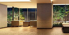 質感のある素材を採用し、外から中へつながりを意識した趣あるデザインのエントラスホールには、ウエイティングスペースを配置。柔らかな間接照明を設けた空間は、訪れる人を格調高く優雅にもてなします。