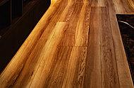 地球環境に配慮した合板と特殊MDFをベースに、高耐久特殊効果シートをプラス。キズや凹みに強く、デザイン性にも優れた床材です。