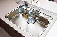 水はね音や落下音を抑制する静音仕様で、横幅と奥行きの広いシンクを採用。鍋や大皿などもラクに洗えるゆとりのサイズです。