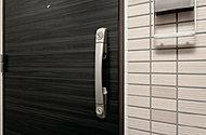 破壊に対する強度が優れた銅製の玄関ドアと、ダブルロックを標準採用しています。