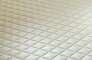バスルームの床には、水はけが良く乾きやすい素材を採用。滑りにくく、お手入れも簡単です。