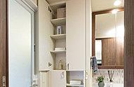タオルや着替えをはじめ、シャンプーの予備などを収納できる便利なスペースを設けています。