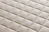 バスルームの床には、水はけが良く乾きやすい素材を採用。滑りにくく、お手入れも簡単です。(※参考写真)