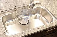 水はねを和らげる静音仕様。深い奥行きで大きな鍋もラクに洗えます。