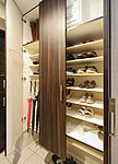 可動棚を設え、ブーツなど大きさの違うものにもすっきり対応。玄関回りを美しく演出します。