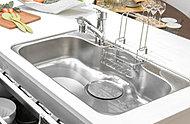 大きな食器も、ラクに洗えるゆとりあるサイズのシンク裏面に制振材を貼ることで、水やお湯を勢い良く出した時に響くシンクの不快な音を制御