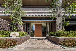 木・土・石の温もりを伝える色「ブラウン」。 タイルを地層のように積重ねる事で建物の深みや奥行きを演出する「レイヤードデザイン」。 2つの魅力を兼備えた「レイヤードブラウン様式」のエントランスは年月を重ねた分だけ美しさや重厚さを深めていきます