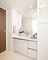 洗練された印象で収納力抜群の使いやすい洗面室