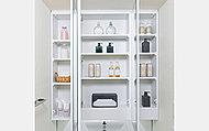 カウンターは高級感溢れる人造大理石を使用。洗面化粧台まわりの整理がしやすい鏡裏収納や湯温調整に便利なシングルレバーの混合水栓も採用しています