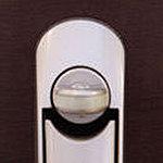サムターン中央にあるスイッチを摘みながら解錠するスイッチ式サムターンを採用。サムターン回しの解錠が困難な仕様になっています。