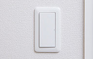 リビング・洋室等のスイッチは、加齢者やお子様でも押しやすいワイドスイッチを採用しました。※参考写真