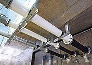 地震で建物が倒壊しなくても、配管が破損したり分断したりする場合に備えて、建物の基礎部分を通る水道などの配管にフレキシブルジョイントを採用。