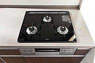 キッチンには美しく、お手入れがしやすい耐熱ガラストッププレートを採用※Kr、P、Qrタイプ除く<モデルルーム写真(Eタイプ)>