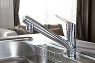 レバー操作ひとつで水量・温度が調節できる浄水器一体型のシングルレバー混合水栓です。※1<モデルルーム写真(Eタイプ)>