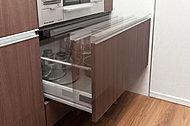 キッチンの収納には物が取出しやすく、整理しやすいスライド収納をご用意。<モデルルーム写真(Eタイプ)>
