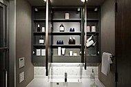 三面鏡の裏側には収納スペースを設置。化粧品などを収納できます。<モデルルーム写真(Eタイプ)>