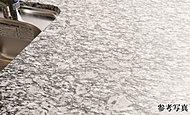 清潔感と質感のある天然石(御影石)の天板・サイドパネルを採用。耐熱・耐候性等に配慮し、お手入れも簡単なので、より長く美しさを保てる仕様です。