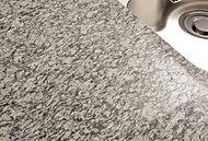 清潔感と質感のある天然石(御影石・浪花白)のワークトップを採用。耐熱・耐候性等に配慮し、お手入れも簡単なので、より長く美しさを保てる仕様。