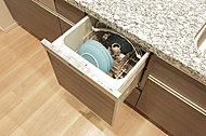見た目に美しいビルトインタイプの「食器洗い乾燥機」。食器の入れやすさに配慮したカゴ形状を採用。