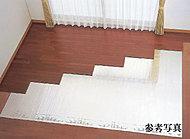 全住戸のリビング・ダイニングには、部屋全体を足元から心地よく、クリーンに温める「TES温水式床暖房」システムを採用しています。