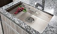 大型のシンクで中華鍋等も洗えます。シンク裏に制振材を備えていますので、水はね音や振動も軽減する、使い心地のよい仕様です。