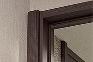 廊下幅を、ゆとりある約1m幅(壁芯)に設定したことで、リビングの扉に二段額縁形式の重厚感あるケーシング枠を採用することが可能となりました。