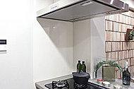 目地が少なくお手入れが簡単、防火面にも配慮したパネルを採用。キッチンまわりに清潔さと安心感をもたらします。