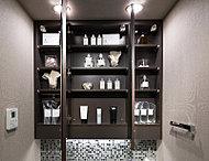 三面鏡の裏側には収納スペースを設置。化粧品などを収納できます。<モデルルーム写真(CoLタイプ)>
