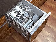 洗浄から乾燥まで自動で行う、ビルトインタイプの食器洗い乾燥機を標準装備。食器の隅々までムラなく洗浄でき衛生的です。