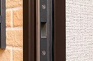 地震でドアが歪んだ場合にも、たて枠と扉の隙間が小さくなっても、ストライクが外力を吸収して変形し、扉の開放をしやすくします。