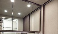 三面鏡扉上下にフレームを装着しデザイン性を高めるとともに、開閉時につきやすい汚れを目立ちにくくしました。
