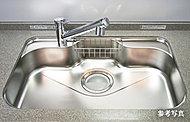 大型のシンクで中華鍋等も楽に洗えます。シンク裏の制振材により、水はね音や振動も軽減します。