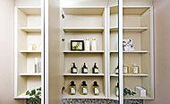 鏡扉の裏側には収納が設置され、洗面用具や化粧品などの小物を機能的に整理することができます。