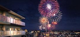毎年3日間の「ふなばし市民まつり」のフィナーレを飾る花火大会は約8,500発の花火が夜空を彩ります。居住者専用に解放される屋上広場から望む花火大会は、ここに住まう方々のために街の喧騒から一線を画した特等席です。※1
