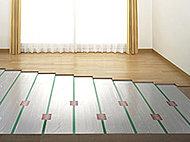 リビング・ダイニングには足元から心地よく温める床暖房を採用しました。※掲載の写真は参考写真です。