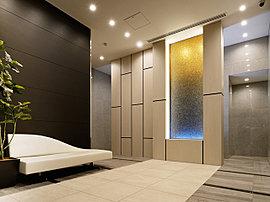 邸内に足を踏み入れると、天井高3m以上を誇るエントランスホールが迎えます。精美に磨き上げられた大理石の床、天然石を用いた壁面など洗練された造形。太陽から水へと向かうグラデーションをイメージしたチップドグラスをアイストップに採用。