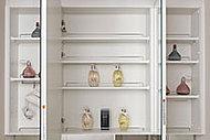 大きく使いやすい三面鏡付きの洗面化粧台。鏡裏には、化粧品やドライヤーを収納することができます。