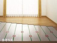 リビング・ダイニングに設置。部屋全体を足元からやさしく暖め、ホコリを巻き上げることもありません。