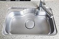 水はね音を軽減し、食器の接触音も抑制。後片づけの際もリビングのご家族との会話が楽しめます。