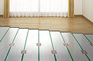 リビング・ダイニングに設置。部屋全体を足元からやさしく暖め、ホコリも巻き上げることもありません。