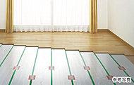 リビング・ダイニングには足元から心地よく温める床暖房を採用しました。