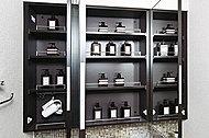 洗面用具や化粧品などをすっきりしまえる収納スペースを、洗面化粧台の鏡裏に確保しています。