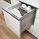 キッチンシンクは、水道水がシンクにあたる音やスプーンなどの落下音を低減させる静音仕様としています。