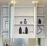 便利な三面鏡の裏側には洗面用具の収納スペースをたっぷり設けています。