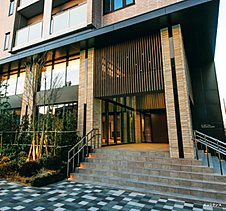 外と内をつなぐエントランスは、この住まいのエッセンスを凝縮させた、まさに蘭となるシンポリックなデザイン。