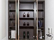化粧品や日用品等をすっきりと収納できます。便利なティッシュボックススペースなども設けました。