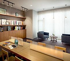 居住者の交流の場としても利用できるプレヴィラウンジ。読書を楽しめるライブラリスペースやソファを設置。ゆったりと寛げる安らぎの空間としてご利用いただけます。