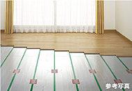 温度ムラや塵の舞い上げもなく、清潔な空気による快適な居住空間を保ったまま空間を暖める、環境にも優しいガス温水式の床暖房システムです。